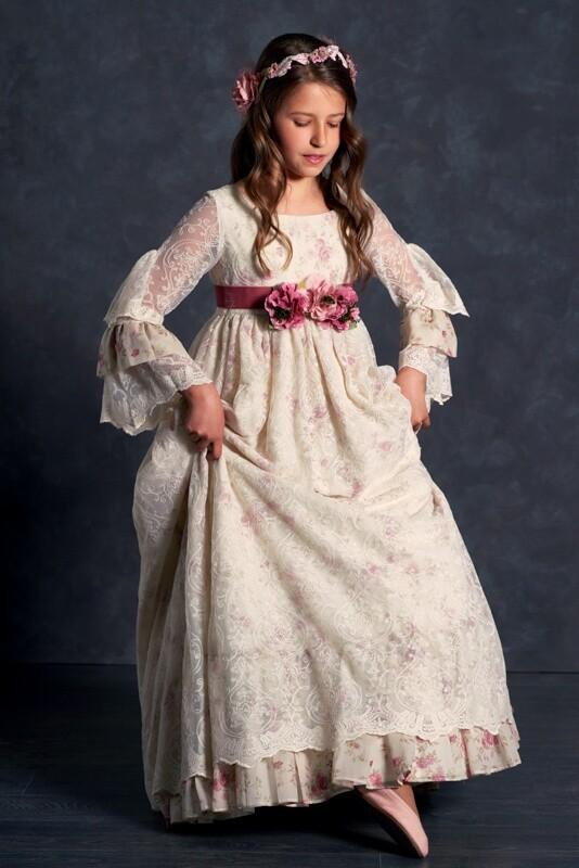 elegante niña vestida de comunión en estudio