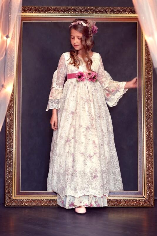 niña vestida de comunión en estudio