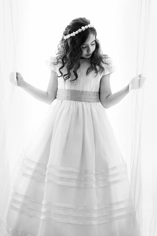 fotografía en B&N sobre fondo blanco con cortinas