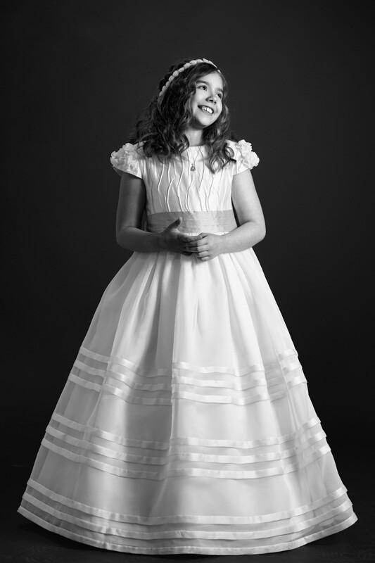niña sonriendo con su vestido