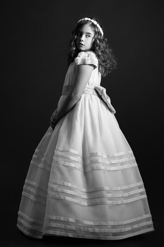 fotografía en blanco y negro de niña con vestido