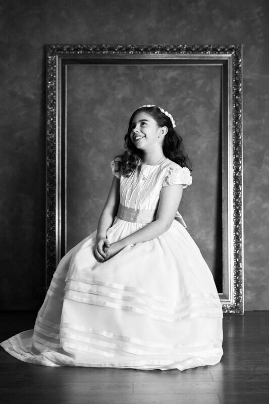niña con vestido de comunión snetada