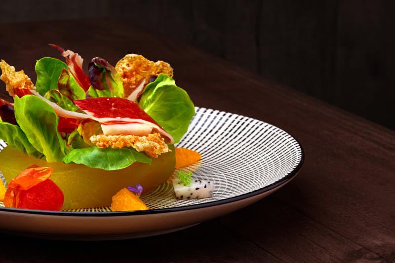 fotografía gastronómica profesionale de una ensalada con jamón ibérico