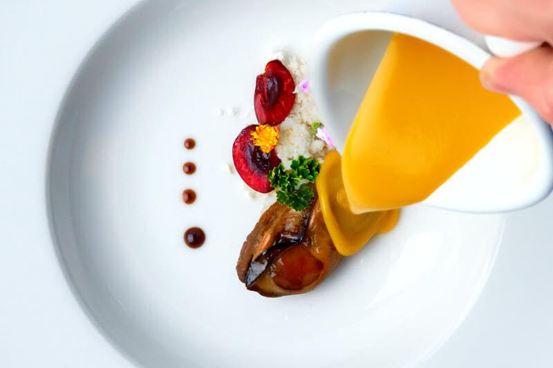 Foto gastronómica con movimiento congelado. Gazpacho de mango y almeja