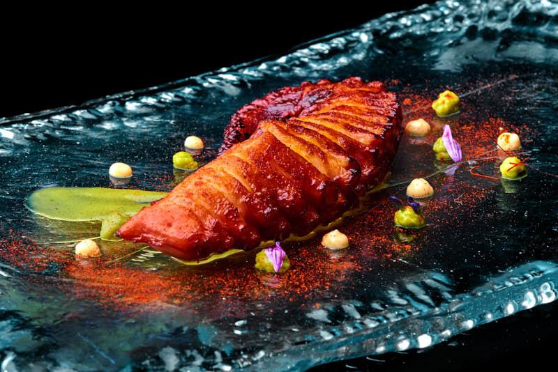 Fotografía gastronómica con fondo negro. Pulpo