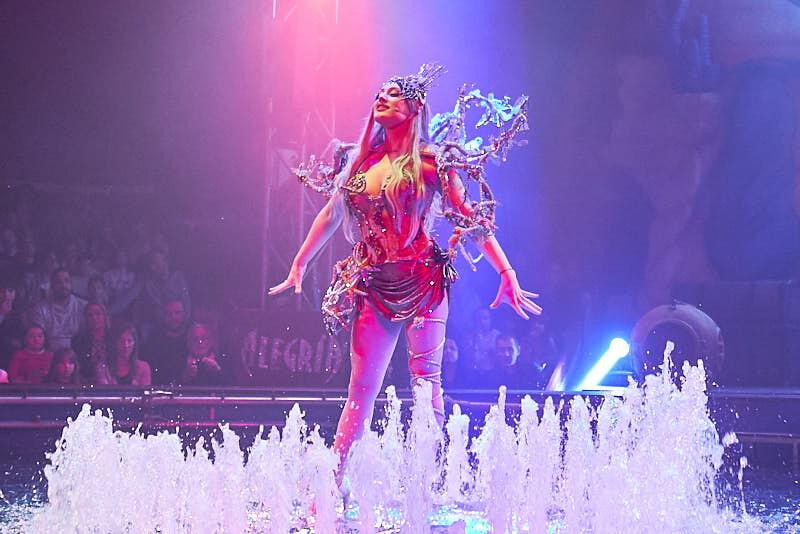 fotos del espectáculo sobre el agua del circo alegría