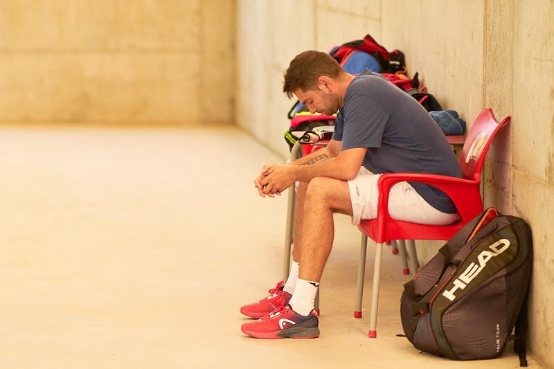 foto de fotógrafos de eventos a un jugador concentrado antes de su partido de padel en el torneo BMW