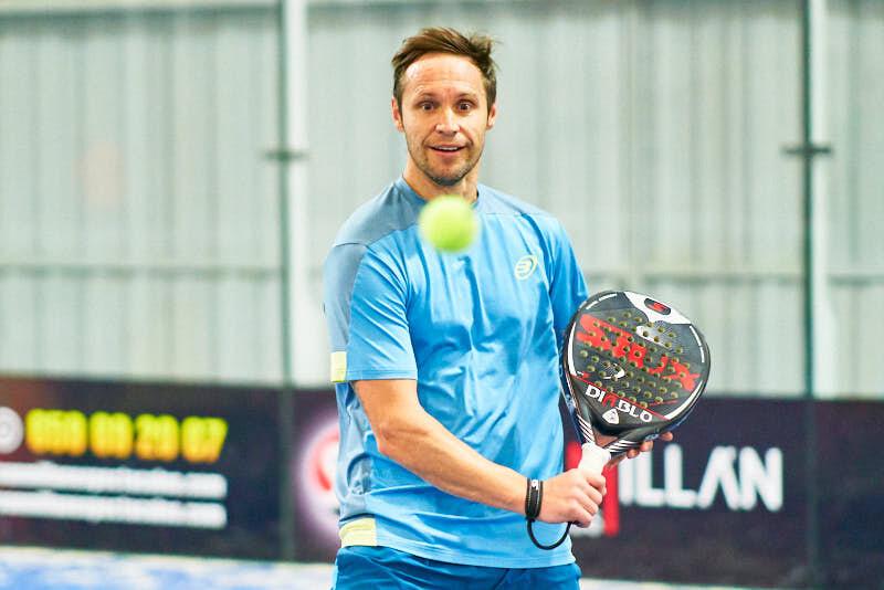fotografía de jugador de padel durante el torneo bmw padel en salamanca