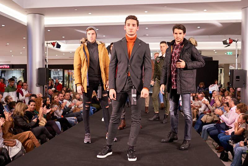 modelos durante un desfile en el centro comercial el tormes en salamanca