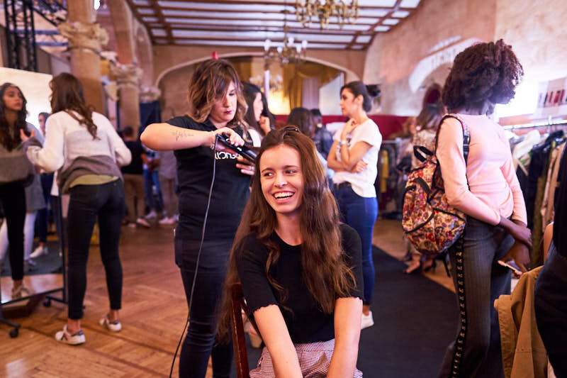 fotógrafos de desfiles durante el backstage en el palacio de figueroa